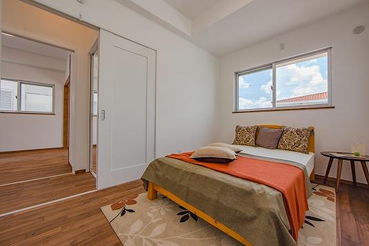 寝室は2階に配置。窓からはたくさんの南日が差し込みます。