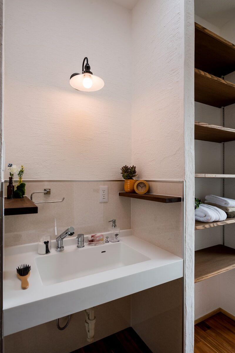 機能的な洗面台と豊富な収納棚で、朝の身支度もスムーズ間違いなしですね