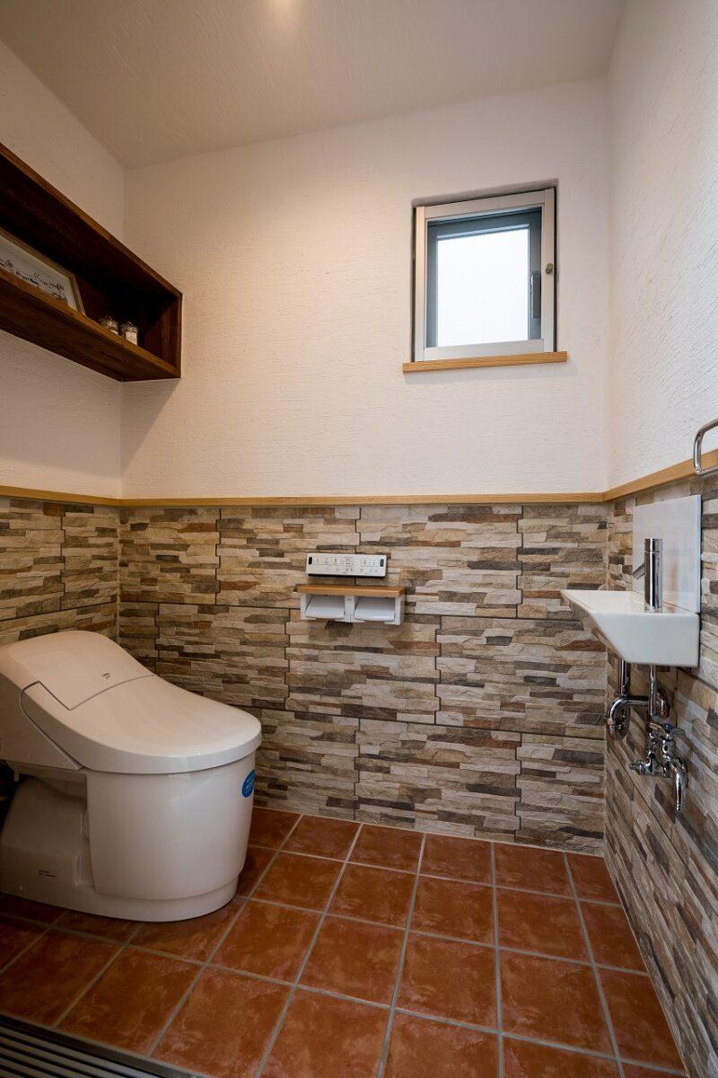 汚れてもじゃぶじゃぶ洗えるタイル仕様のトイレ