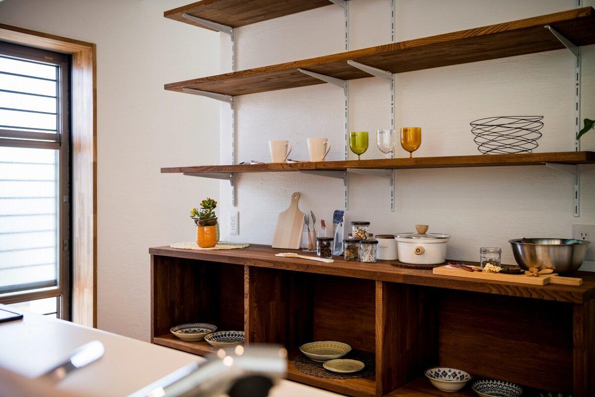 お気に入りのお皿やカトラリー飾ったり、気分に合わせてインテリアを楽しめるオーダーメイド家具