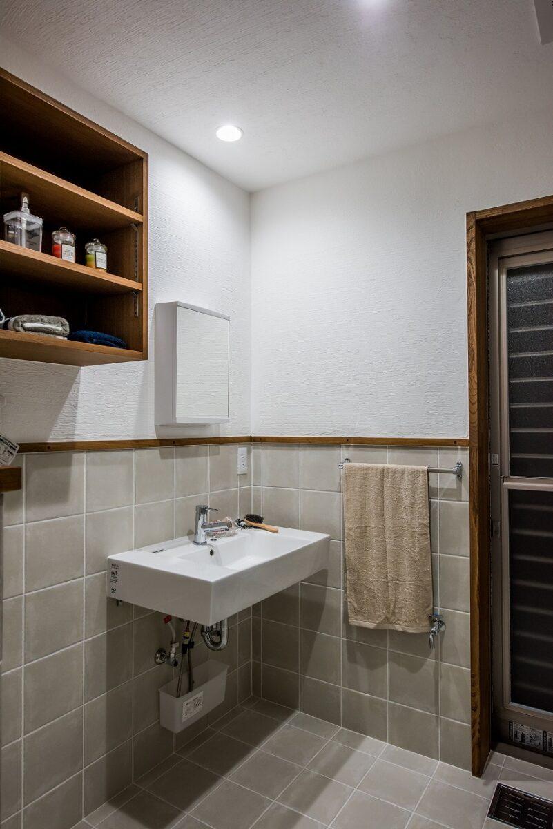 タイルを用いたシンプルな洗面脱衣室