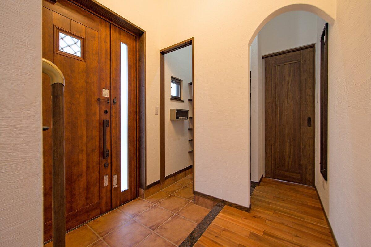 二世帯 2階部分 玄関ホール 親世帯へ繋がる扉
