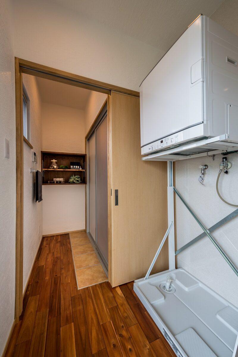 脱衣室は、無垢のフローリングを濡らさないように一部をタイルで施工しています