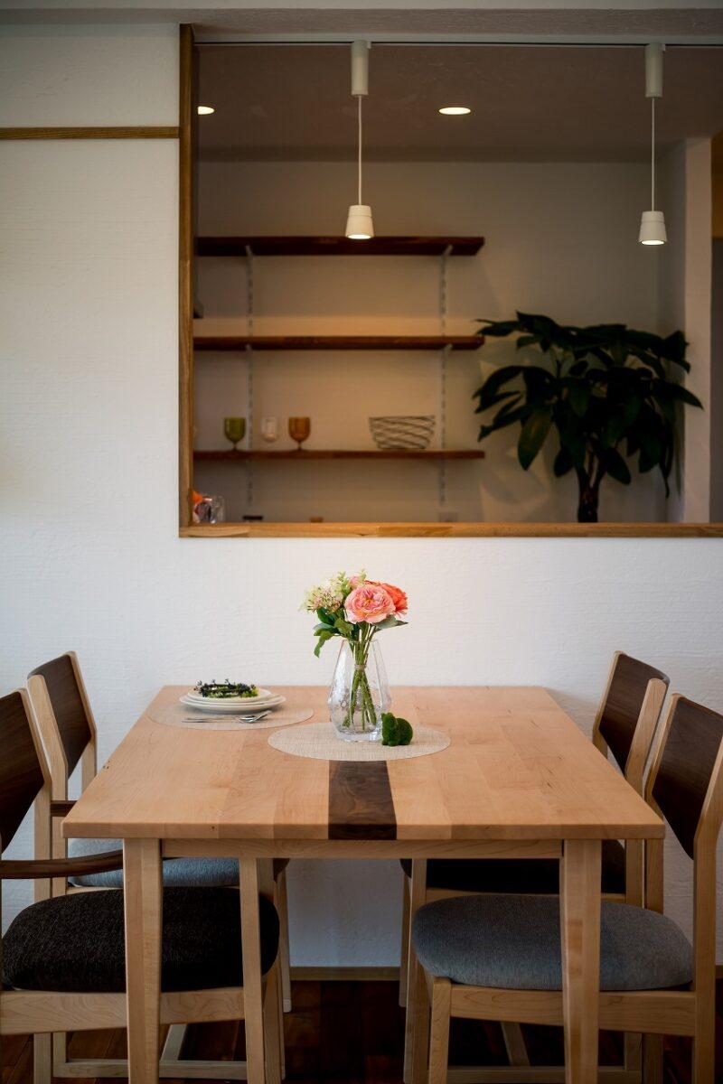 食卓を照らす優しい照明が、食欲をそそります